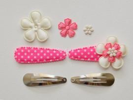 Zelf haarspeldjes maken candy roze met creme satijnen bloemen van 5.5 cm.