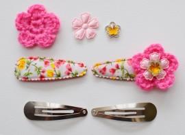 Zelf haarspeldjes maken met bloemenprint en candy roze gehaakte bloemen van 5.5 cm.