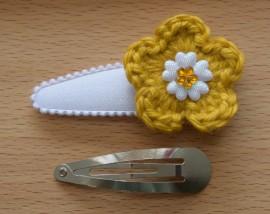 Zelf haarspeldjes maken wit satijn met oker gele gehaakte bloem van 5.5 cm.